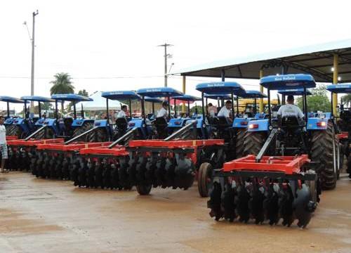 Governo do Estado entrega nesta segunda tratores e máquinas a 20 municípios da região de Araguaína