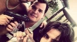 Sertanejo Mariano posta foto com armas e bebida e causa polêmica com fãs