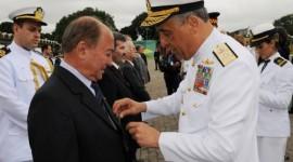 Por apoio ao fortalecimento da Marinha do Brasil, Lázaro Botelho recebe medalha de honra