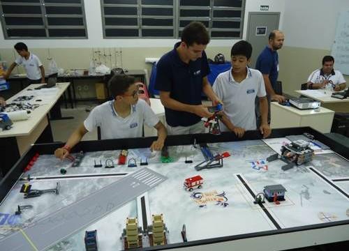 Alunos da Escola SESI realizam treinamento para Torneio de Robótica