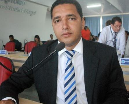 Luciano Santana protocola requerimento solicitando explicações do secretário de saúde sobre a situação da UPA da Vila Norte