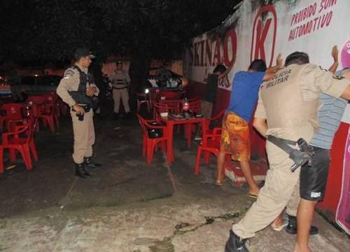 Em mais uma operação em Araguaína, 2º Batalhão apreende facas, instrumentos de uso de drogas e moto suspeita