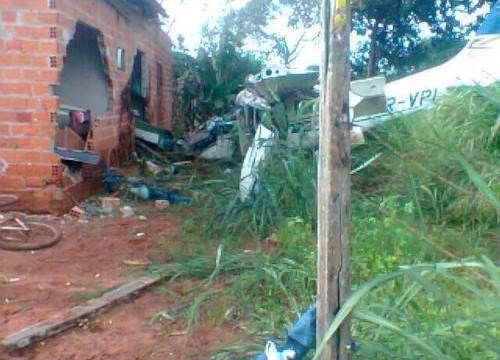 Avião de pequeno porte cai sobre residência no setor Nova Araguaína e mata criança de 8 anos