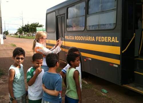 PRF leva Cinema rodoviário aos alunos de Escola Municipal e IFTO em Paraíso do Tocantins