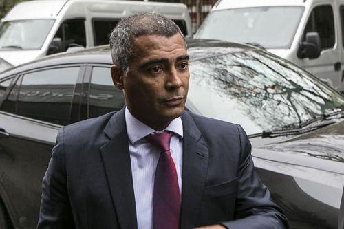 Ex-jogador Romário é autuado na Lei Seca