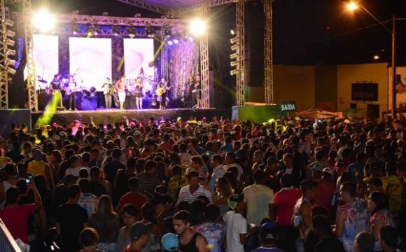 Cerca de 40 mil pessoas participam do Carnabalada 2015