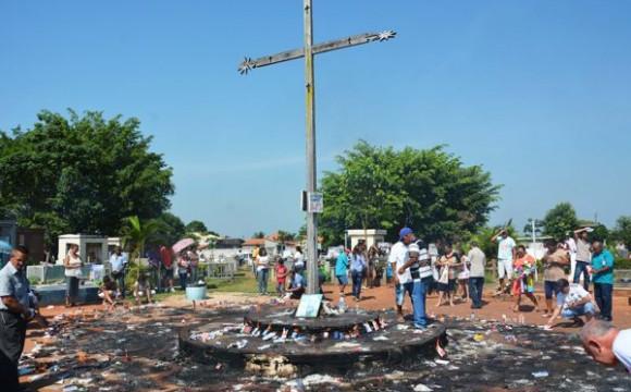 Milhares de araguainenses visitam cemitérios de Araguaína no Dia de Finados