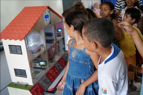Colaboradores da Energisa Araguaína orientam alunos de escola municipal