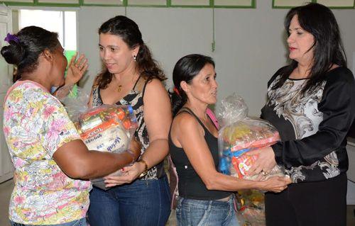 Centenas de pessoas recebem donativos da Ação Social