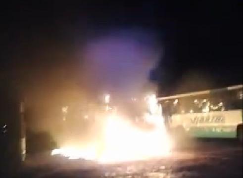 Ônibus são incendiados após invasão de garagem em Araguaína