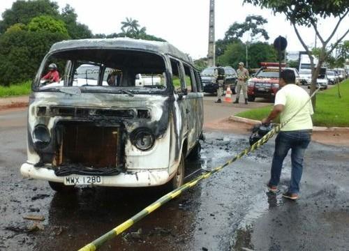 Carro pega fogo em avenida após condutor escutar barulho no motor
