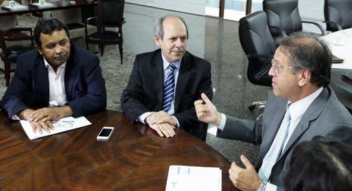 Governador e prefeito de Araguaína discutem parcerias em audiência proposta por Elenil da Penha