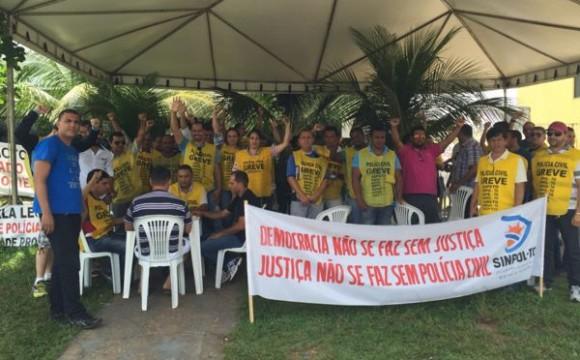 Policiais mantêm greve na luta por alinhamento