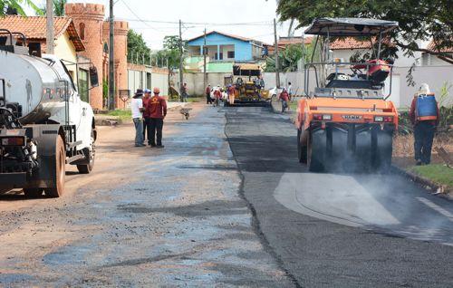 Prefeitura intensifica reconstrução de ruas com asfalto usinado nos bairros