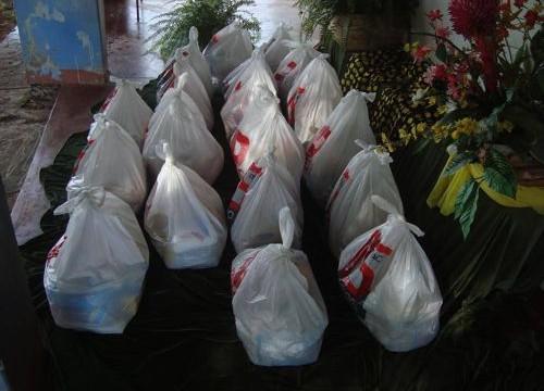 Alunos de escolinha de futebol da PM em Araguaína recebem cestas básicas