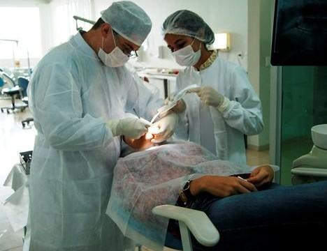 FACIT oferece atendimento ao público na área de Implante dentário