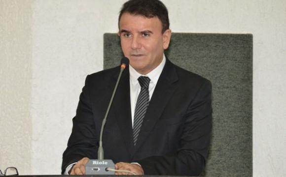 Eduardo Siqueira requer jornada de seis horas para servidores, redução de secretarias, apoio aos municípios e carreta da Saúde