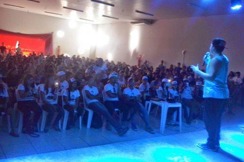Crianças e adolescentes lotam show de Whindersson Nunes em Araguaína