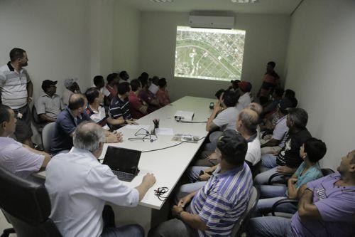 Em reunião, Prefeitura define novo local para corretores de automóveis da Praça das Nações