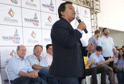 Elenil celebra chegada do asfalto aos setores Itaipu e Maracanã, em Araguaína
