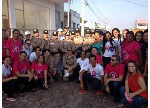"""Policiais militares participam da caminhada """"Outubro Rosa"""" em Araguaína"""