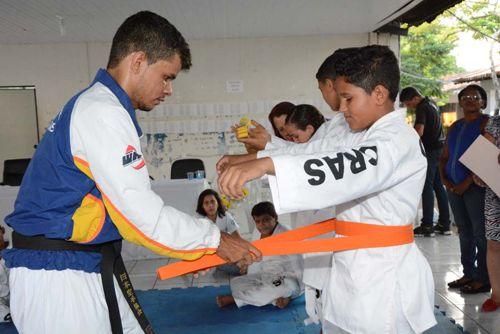 Prefeitura promove troca de faixas para karatecas mirins