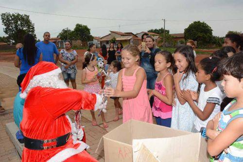 Papai Noel faz alegria da criançada em vários bairros de Araguaína