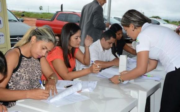 Mais 40 famílias assinam contratos do Residencial Parque do Lago