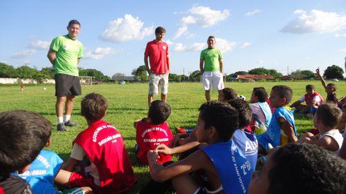Escolinha de futebol do 2º Batalhão da PM recebe visita do jogador Israel Júnior do Internacional de Porto Alegre