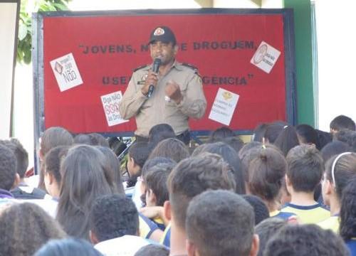 Patrulha Escolar da PM promove palestra educacional sobre drogas em escola de Araguaína