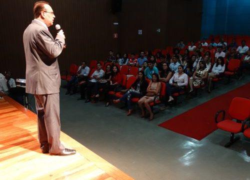 Dr. Bactéria estimulou a mudança de hábitos durante palestra promovida pela FACIT