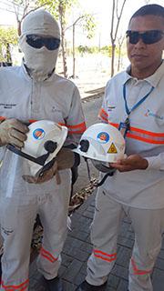 Eletricistas usam novo equipamento de proteção