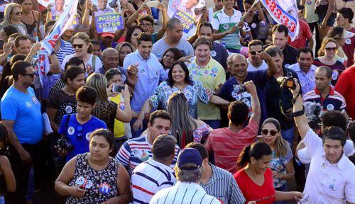 Milhares de pessoas caminham ao lado de Valderez no Costa Esmeralda