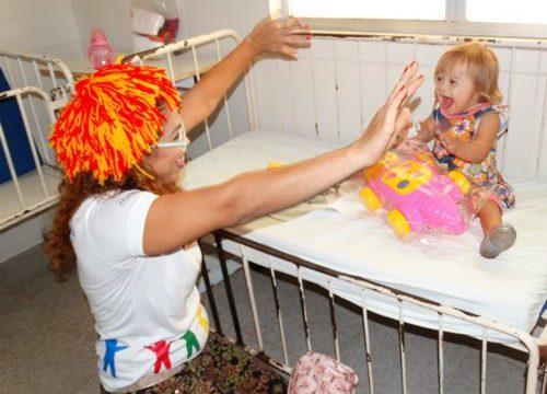 Crianças do HMA recebem brinquedos da campanha de arrecadação promovida pelos colaboradores