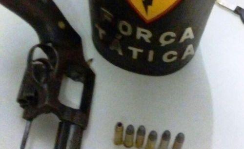 Em Araguaína, policiais militares efetuam detenção de suspeito portando arma de fogo e munições