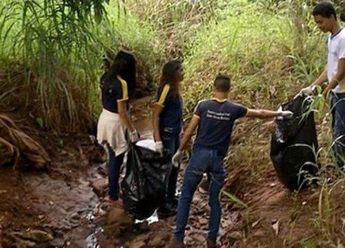 Estudantes recolhem lixo às margens de rio Lontra para combater o Aedes aegypti