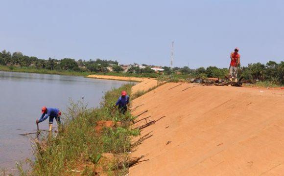 Prefeitura recolhe mais de 140 sacos com lixo do Lago Azul