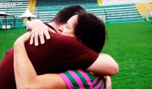 Mãe de Danilo consola jornalista durante entrevista