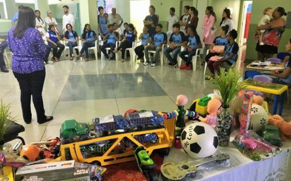 Estudantes realizam entrega de 340 novos itens para Brinquedoteca do HDT-UFT