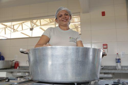 No Dia da Cozinheira, merendeira fala do amor que tempera a profissão