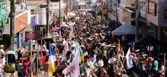Seis mil pessoas participam de cavalgada da Expoara