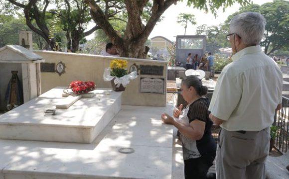 Milhares de pessoas visitam os cemitérios de Araguaína no Dia de Finados