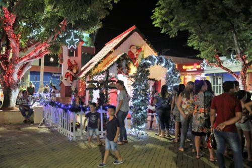 Chegada do Papai Noel e show acústico marcam abertura da Vila de Natal