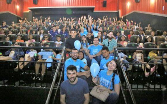 Crianças realizam sonho de ir ao cinema em ação da Semana do Bebê