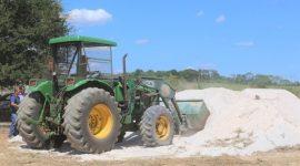 Agricultores do Garimpinho são os primeiros a receber distribuição de calcário